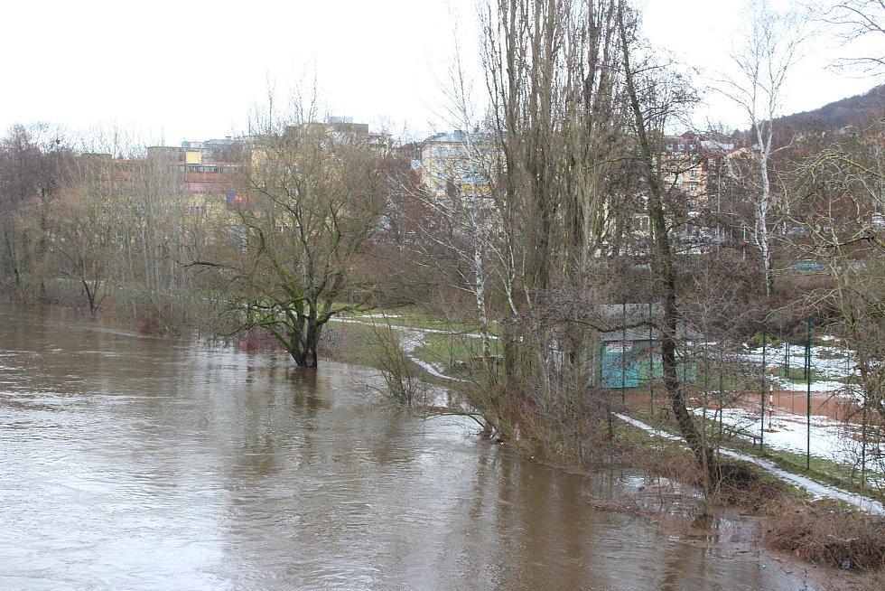 Řeka Ohře se vylila pod Chebským mostem v Karlových Varech ze svých břehů.