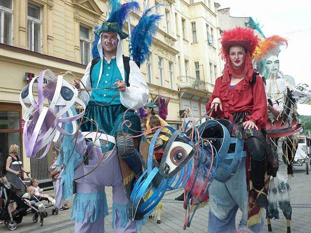 Karlovarský karneval a pestrobarevný průvod roztodivných bytostí.