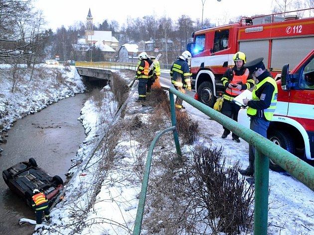 Řidič prorazil zábradlí a skončil v potoce