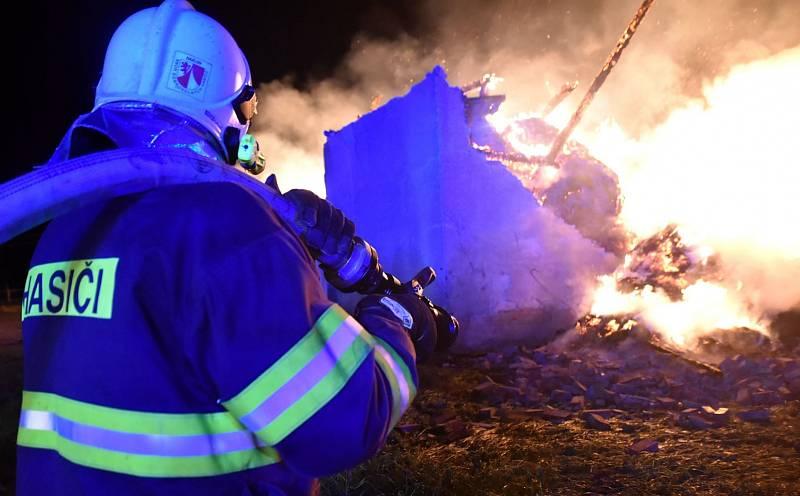 K požáru seníku v Loužku na Chebsku vyjížděli v neděli večer hasiči ze sedmi jednotek.