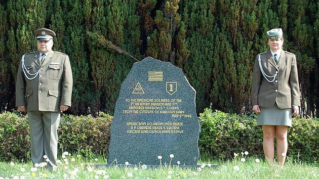 Delegace Krajského úřadu Karlovarského kraje a karlovarského magistrátu společně s Českým svazem bojovníků za svobodu uctily u památníků padlým před hotelem Thermal Den vítězství.