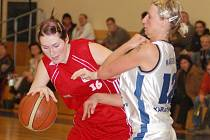SKALP SPARTY získaly v sobotu na Letné basketbalistky karlovarské Lokomotivy. Nejlepší střelkyní týmu z lázní byla s počtem jedenatřiceti bodů Michaela Magerčiaková ( v bílém).