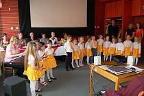 Veselé notičky z MŠ Závodu míru okořenily oslavu Dne učitelů svým vystoupením.