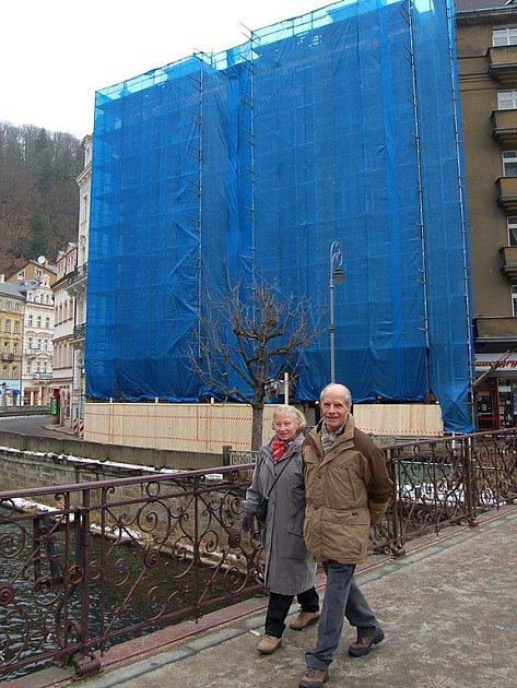 OPRAVA ZAČALA.  S rekonstrukcí památkově chráněné Quissisany začal investor krátce po Novém roce, od té doby její krásu halí modrá plachta.
