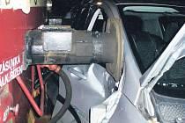 Nehoda. Děsivě vyhlížející srážka osobního vozu s vlakem si vyžádala lehké zranění řidiče automobilu.