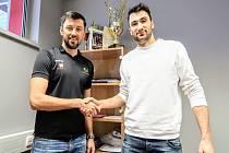 Volejbalisty Karlovarska posílil polský hráč Lukasz ´Ludo´ Wiese (vpravo), kterého přivítal prezident klubu Jakub Novotný.