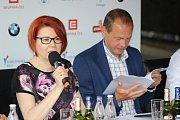 Na poslední tiskové konferenci před zahájením 52. ročníku Mezinárodního filmového festivalu představilo novinky festivalové vedení v čele s prezidentem Jiřím Bartoškou. V Karlových Varech pak vrcholí přípravy na zahájení festivalu.