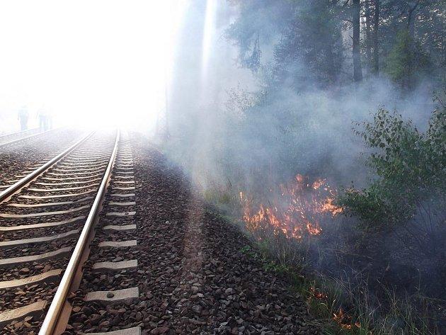Hořící porost podél železniční trati u Ostrova