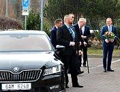 Příjezd prezidenta ke krajskému úřadu.