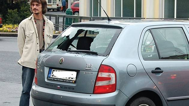 PROBLÉMOVÁ KŘIŽOVATKA. Kvůli nefungujícím semaforům u Becherovky zažívají řidiči v tomto úseku hotové drama.