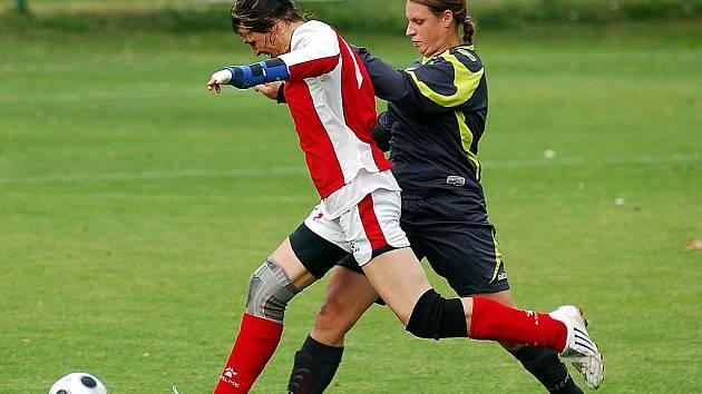 V pátém kole druhé fotbalové ligy žen hráčky karlovarského 1. FC (v šedém) porazily v domácím prostředí Krupku v poměru 4:1.