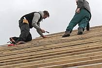 ŘEMESLNÍCI opravují střechu toužimského zámku.