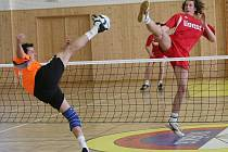 JAN VANKE (vpravo) z SK Liapor Karlovy Vary ukázal i na Euro Cupu 2008 své nohejbalové přednosti.