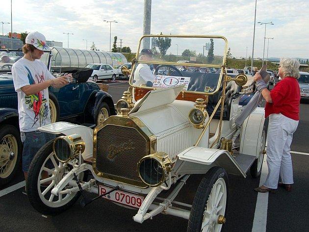 Karlovarská veterán rallye 2009. Na závěr závodu se na parkovišti u Globusu lidem historická vozidla představila v celé kráse.