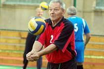 Druhý ročník volejbalového turnaje superveteránů nad padesát let, který pořádal na kurtech Základní školy v Nejdku Slovan Karlovy Vary, ovládlo družstvo Dalovic.