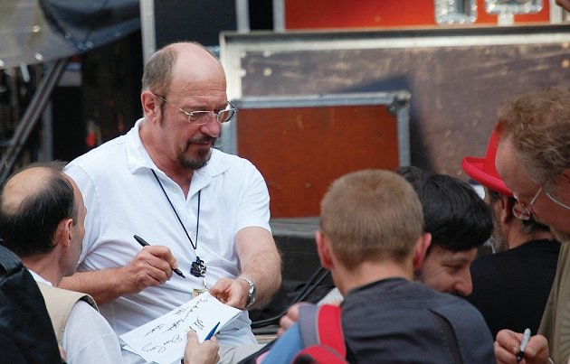 Po zvukové zkoušce se Ian Anderson podepisoval divákům.