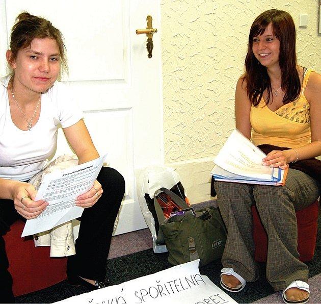 VŮNĚ NERVOZITY. Maturantky Ingrid Fuxová (vlevo) a Martina Lišková se na své představení praktického projektu připravovaly až do poslední chvíle.