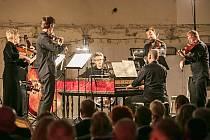 Komorní orchestr Karlovarských symfoniků pod vedením dirigenta a cembalisty Vojtěcha Spurného