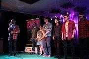 Šestice soutěžících slammerů v sokolovském Alfa Music Clubu.