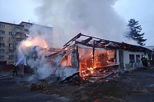 Hasiči v neděli ráno likvidovali požár bývalé restaurace na Růžovém Vrchu. Škoda je odhadnuta na půl milionu korun.
