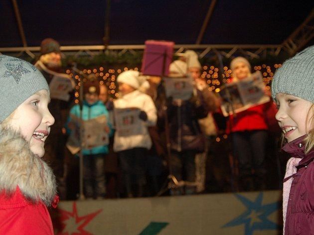 Česko zpívá koledy na karlovarských vánočních trzích.
