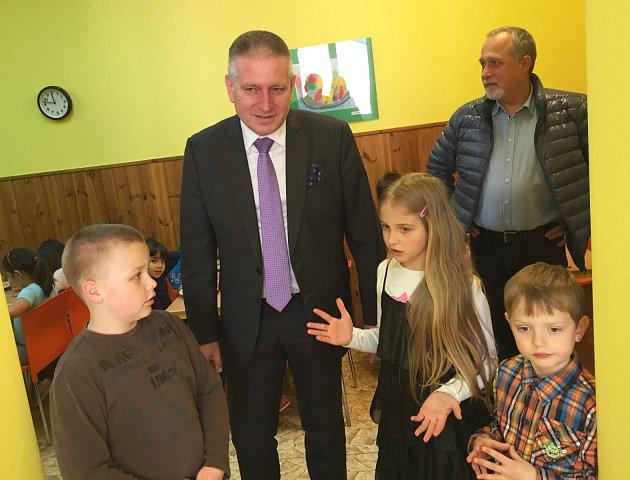 Hejtman Martin Havel společně s dětmi ze Základní školy a mateřské školy Regionu Karlovarský venkov v Sadově (v pozadí starosta Sadova Eduard Frisch).