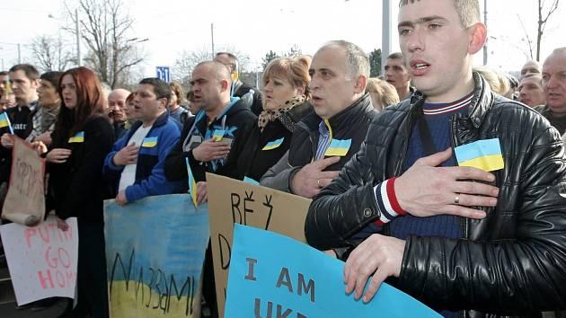 V mnoha městech už lidé protestovali proti ruské vojenské přítomnosti na Krymu, a protestovat ještě budou. Například v sobotu v Karlových Varech.