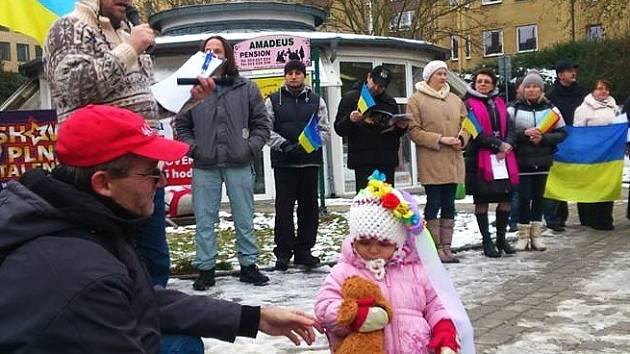 Vyjádřit solidaritu s Ukrajinou přišla v Karlových Varech téměř stovka lidí.