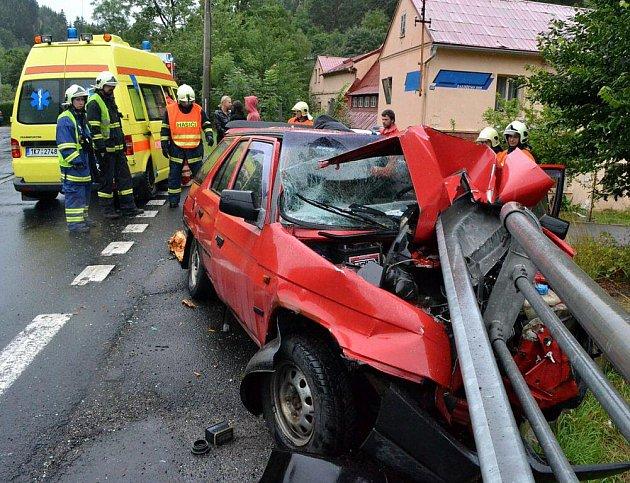V sobotu 30. července došlo k dopravní nehodě v Bečově. Osobní automobil s přívěsem plným dřeva narazil do svodidel. Řidič i spolujezdec dokázali sami z auta vystoupit.
