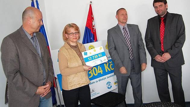 Šárka Rozpopová, ředitelka Dětského domova v Chebu, přijala šek v hodnotě 52 720 korun.