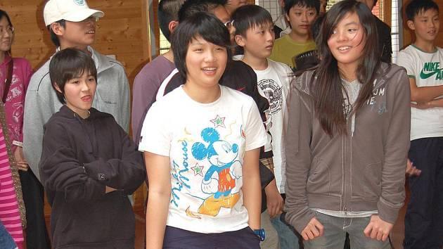 NÁVŠTĚVA Z HONK–KONGU. Děti z Asie si s malými obyvateli karlovarské SOS vesničky dobře rozuměly.