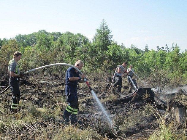 Kvůli požáru lesa ve vojenském prostoru hradiště byl do akce povolán i vrtulník