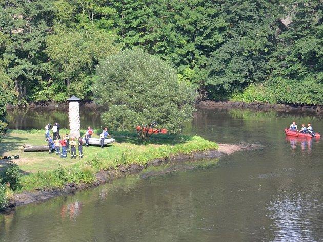Pátrací akce. Hasiči a policisté pátrali na řece po muži, jehož věci se našly na břehu.
