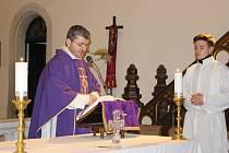 NA POPELEČNÍ MŠI v rybářském kostele udělil farář Romuald Štěpán Rob věřícím na čelo takzvaný popelec, kterým si mají uvědomit trvalé hodnoty.