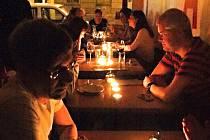 Vedle obcí se k hodině potmě přidávají také hotely, restaurace a kavárny, které tak nabídnou svým hostům romantický večer při svíčkách
