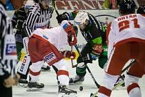 Hokejisté Olomouce (v bílém) porazili Karlovy Vary 2:1 po prodloužení.