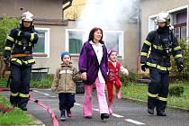 Hasičské cvičení. Nácvik evakuace dětí a zásahu hasičů v Mateřské škole v Nejdku.