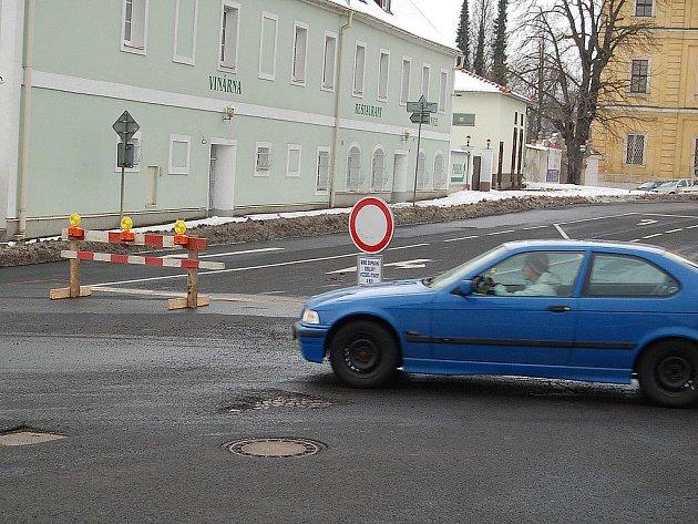 Vjezd zakázán! Dopravní značení brání motoristům ve vjezdu do části Jáchymovské ulice. Přesto se najdou řidiči, kteří značky nerespektují.