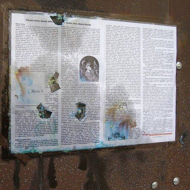 Vandalové se po jisté přestávce opět vyřádili v kostele ve Skokách. Paintballovými střelami.