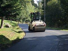 Oprava silnice v Krušných horách.