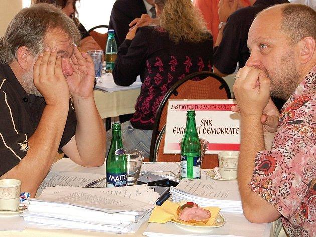 Představitelé zastupitelského klubu SNK–ED Jaroslav Růžička a Jiří Kotek (zleva) se zmohli včera pouze na několik argumentů.
