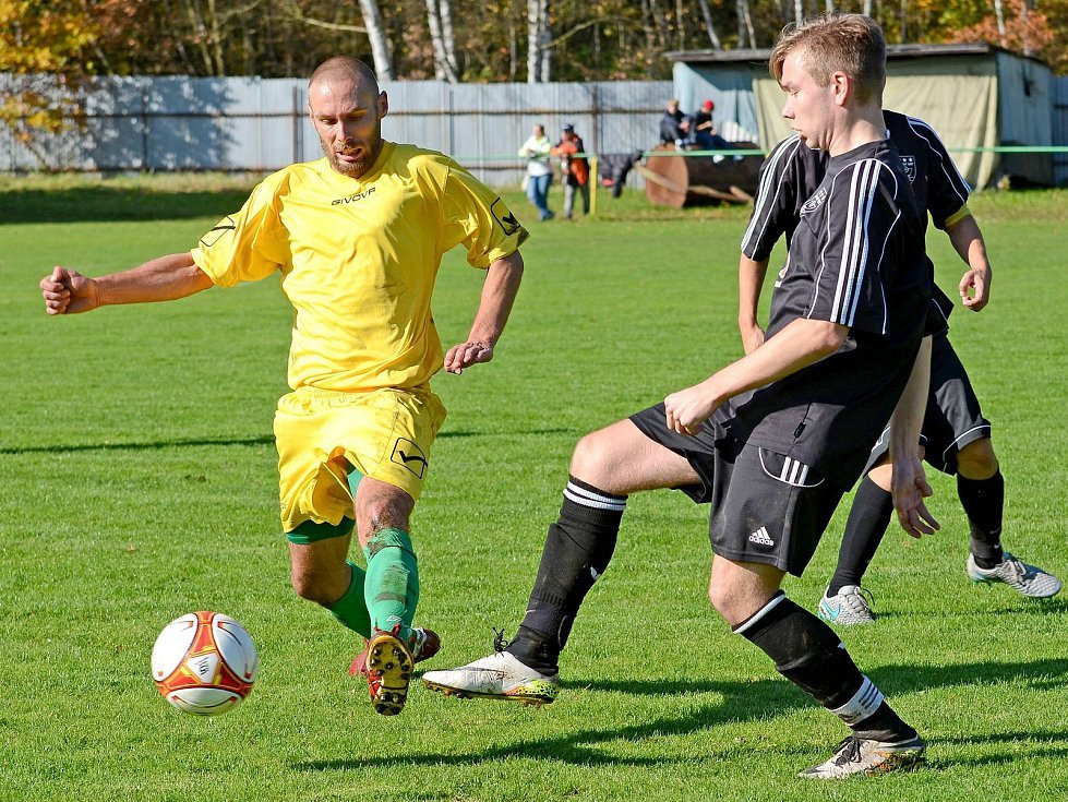 Dalovice (ve žlutém) na svém hřišti uhrály v rámci El Clásica nerozhodný výsledek 1:1 s výběrem Sedlece (v černém).