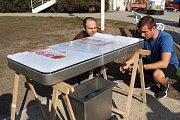 Jedna z nových inteligentních laviček je umístěna na náměstí dr. Horákové. Její montáž byla za hodinu hotová.