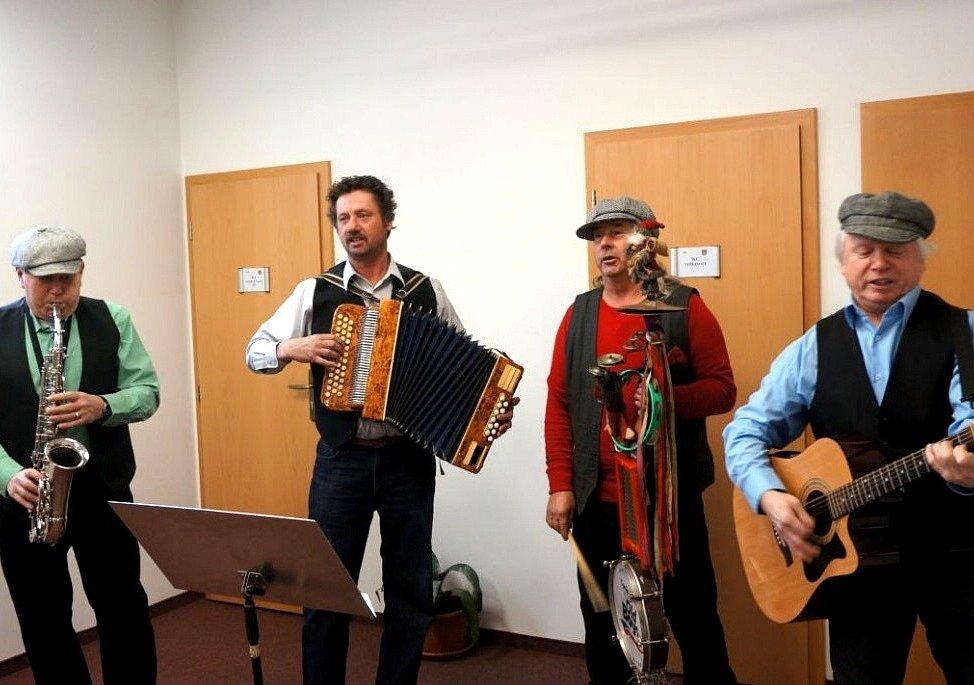 KAPELA OLD BOYS při vystoupení na děpoltovickém obecním úřadě během návštěvy hejtmanky Jany Vildumetzové. Svou hudbou si vysloužila další jedinečnou příležitost ke koncertu.