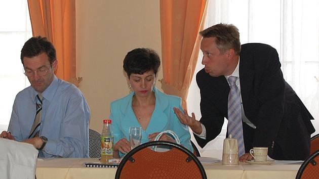 Právník Tomáš Ficner (vpravo) se pravidelně účastnil i jednání zastupitelstva.