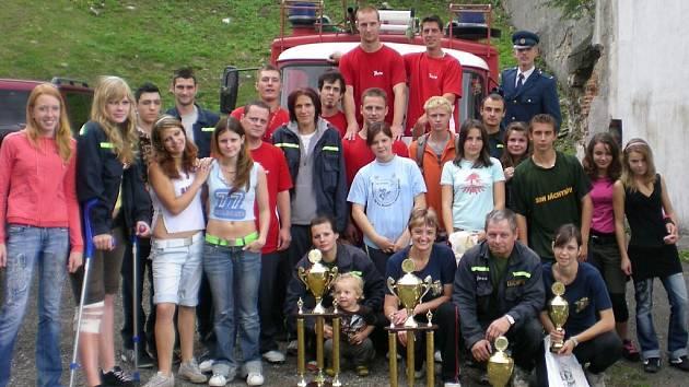 Loni si jáchymovští dobrovolní hasiči připomněli 135. výročí založení jednotky. Při oslavách, z nichž je i snímek, se závodní týmy mužů a žen pochlubily i poháry za první místo v požádním útoku.