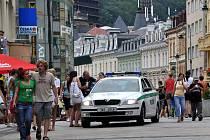 V Karlových Varech pokračuje 45. ročník Mezinárodního filmového festivalu. Návštěvníci si pochvalují kvalitu filmů, ale nelíbí se jim rozkopané centrum města a silná doprava v ulicích