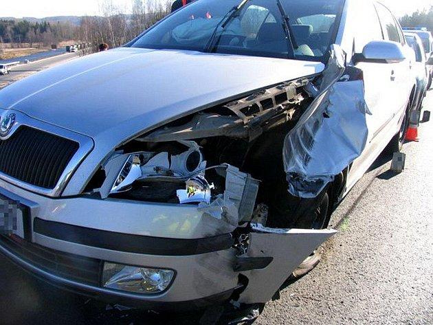 Upadlé zadní kolo nákladního automobilu způsobilo dopravní nehodu se škodou 130 tisíc korun