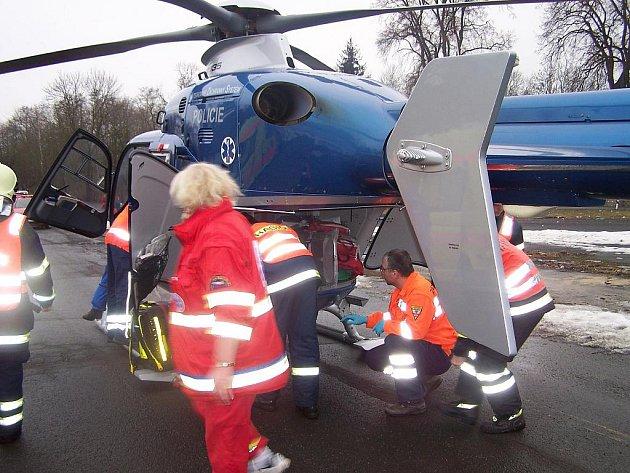 Těžká zranění utrpěl dělník, který v sobotu spadl na stavbě technického lycea v Ostrově ze čtyřmetrové výšky přímo do výkopu.