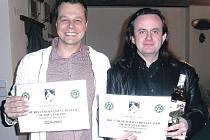 První a třetí. Titul nejlepšího turnajového hráče uplynulé sezony si vítězstvím v šesti turnajích zajistil Marek Dostál z Ostrova (vlevo). Bronzovou pozici vybojoval předseda nejstaršího karlovarského pokerového klubu Martin Douša.